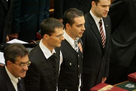 4e6505ed4a Gárda-mellényben tette le Vona az esküt, LMP-s Sólyom háborgott, a Fidesz a  szemkilövetőknek adta a nemzetbiztonsági bizottságot, Székely Himnusz a ...